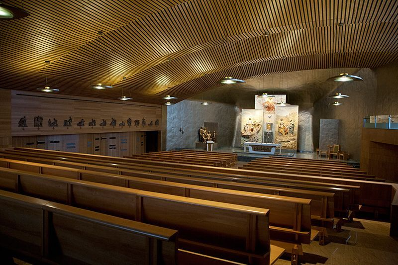 Bancos de iglesia en sonseca for Muebles iglesia